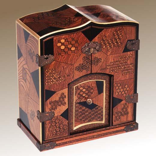 箱根寄木細工- 本間木工所・本間寄木美術館サイトトップ 箱根寄木細工とは?ボタンイメージ